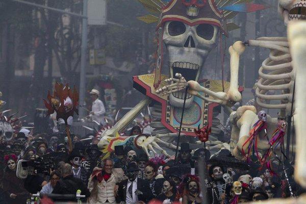 Desfile en CDMX inspirado en Spectre