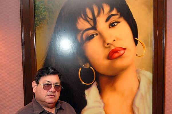 Abraham Quintanilla demanda a viudo de Selena