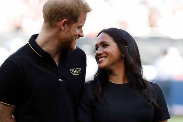 Meghan y Harry entregan alimentos
